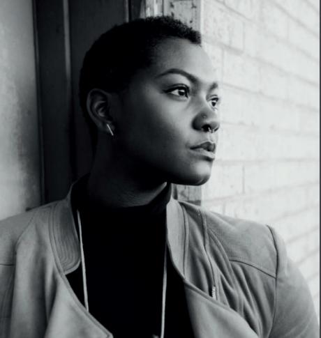 Foto em preto e branco de uma mulher negra olhando para o lado. Ela está séria.