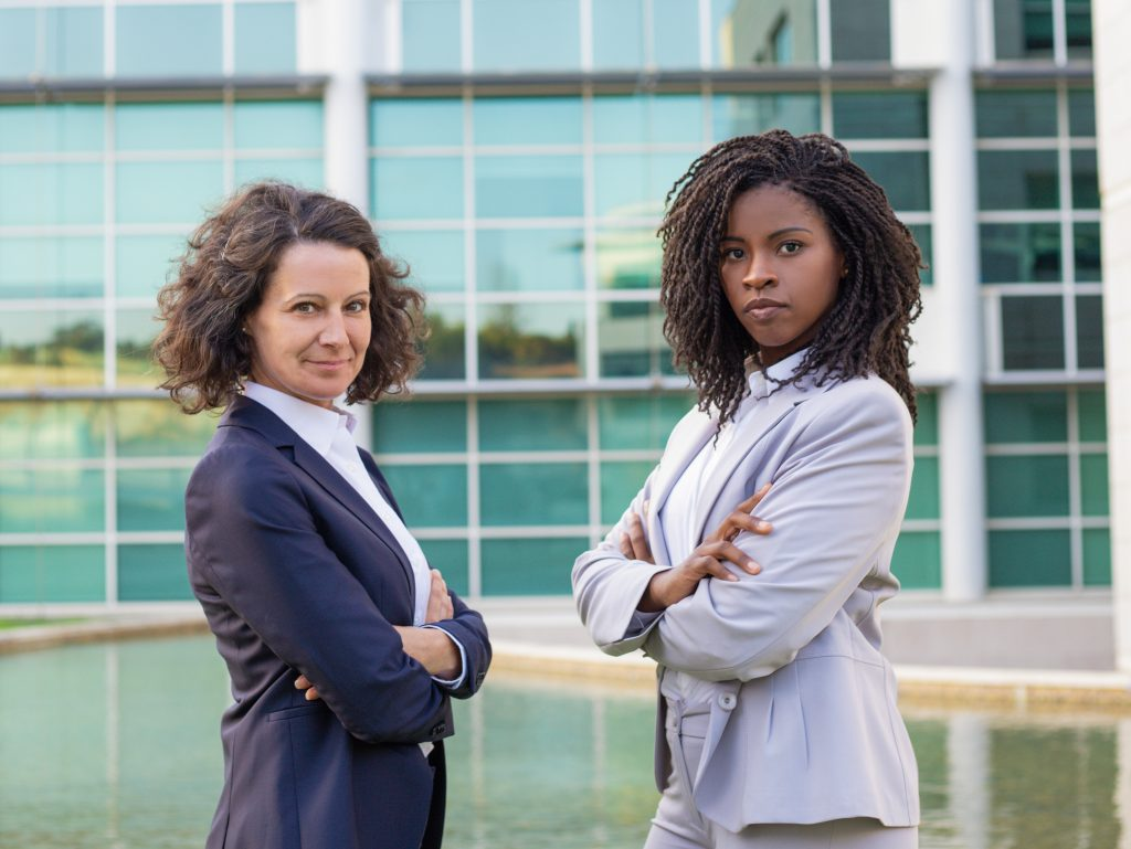 Duas mulheres posam para a foto.