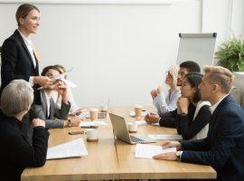 Líder feminina em reunião