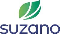 Suzano escrito em azul e em cima da palavra há o desenho de uma folha dividida em três partes